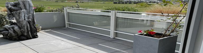 Installation d'un brise-vent sur une terrasse d'appartement